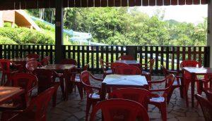 mesa e cadeiras vermelhas